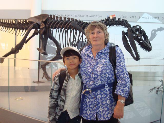 Oma, Zen, dinosaur skeleton