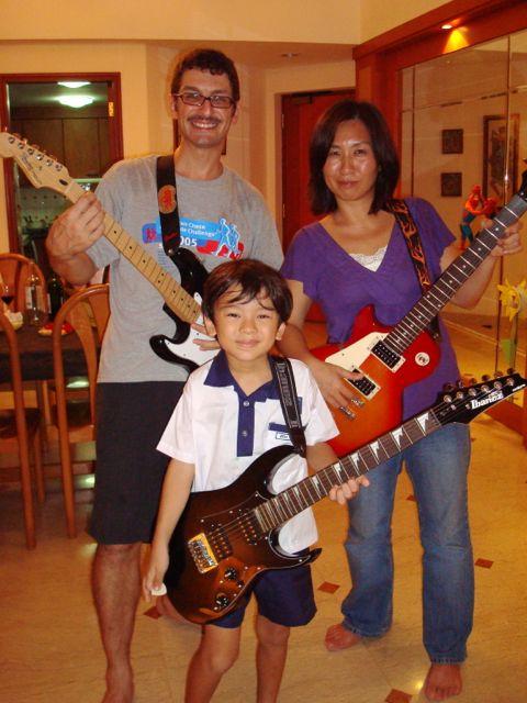 Papa guitar, mama guitar, baby guitar - March 2008