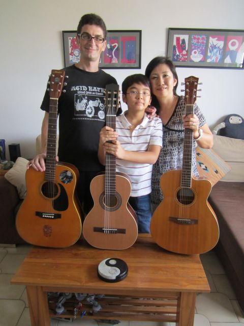 Papa guitar, mama guitar, baby guitar